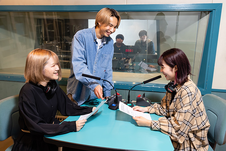ラジオ番組制作に興味のある方はグループ校の放送音響科もチェック!