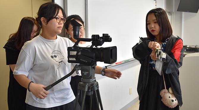 グループにわかれて課題台本をもとに絵コンテを書き、カメラを使って実写撮影