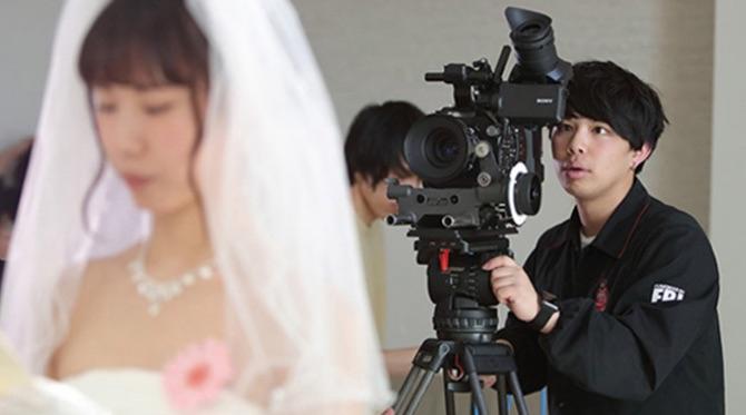ディレクターは企画・演出だけでなく、自らカメラを回すことも。